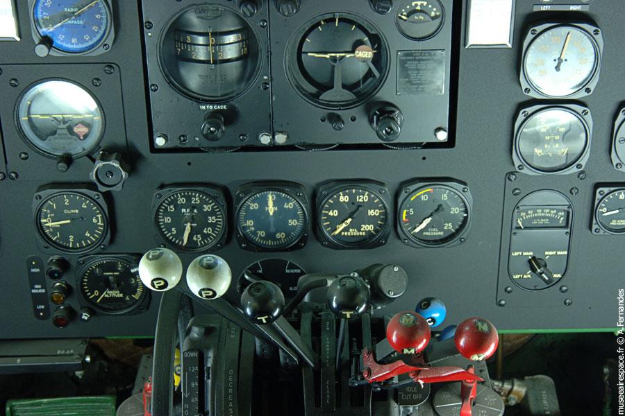 La commande des gaz dans le Cockpit du Dakota