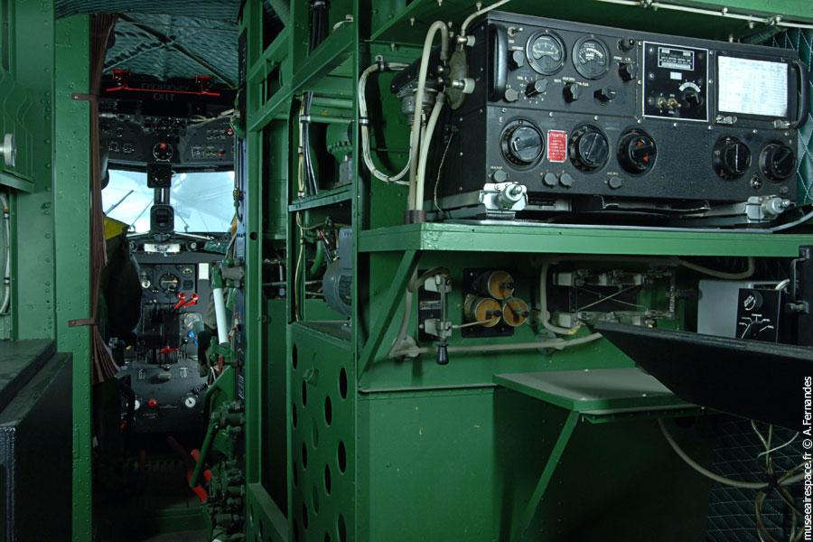 Agrandir Partie radio, derrière le cockpit du Dakota