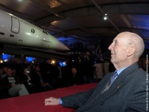 André Turcat dans le Hall Concorde devant le F-WTSS