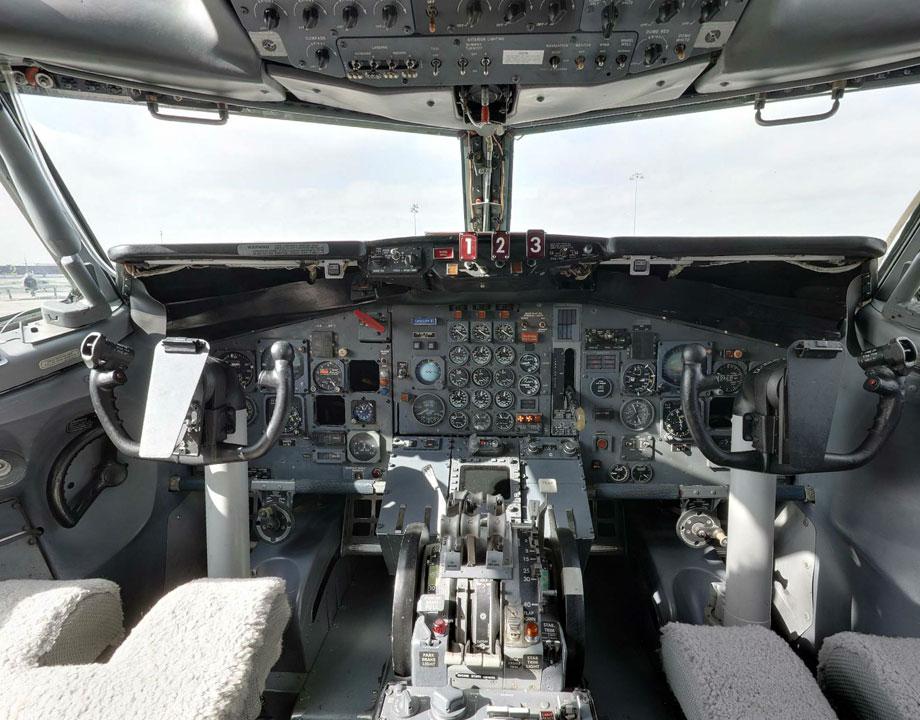 Cockpit Boeing 727-22F Bud N166FE FedEx