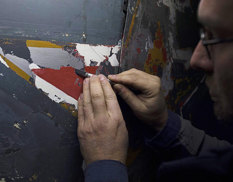 Dégagement de polychromie sur un avion de la Seconde Guerre mondiale - © Musée de l'air et de l'espace – Le Bourget / Frédéric Cabeza