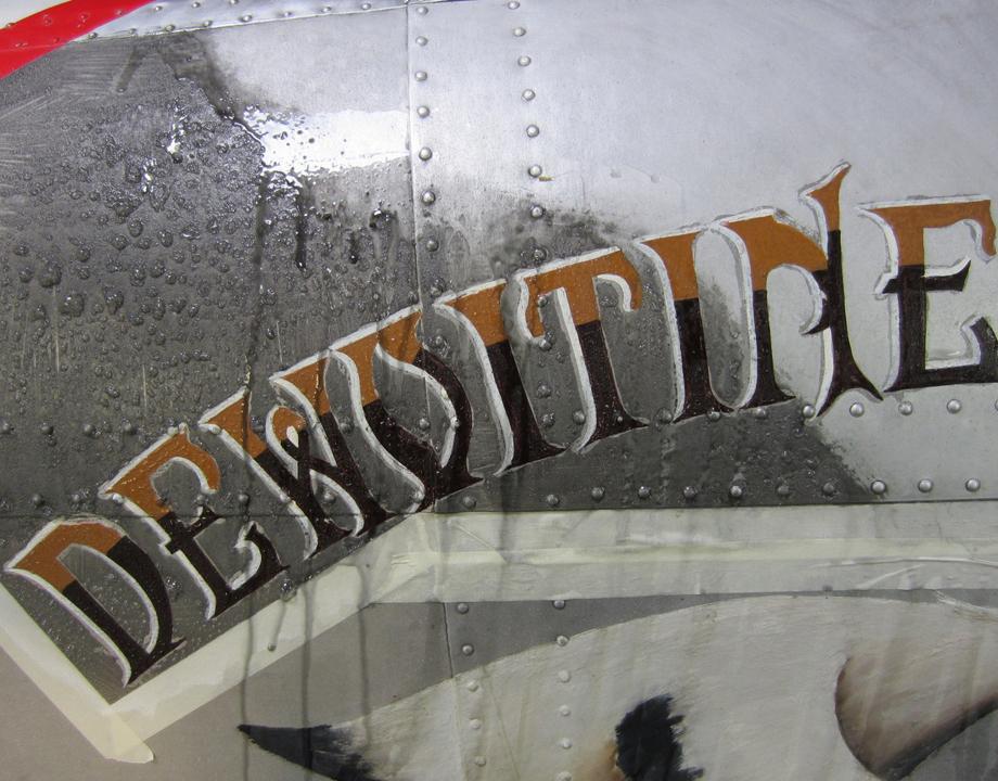 Retrait de produits de corrosion de l'aluminium sur le fuselage du Dewoitine D.530 - © Musée de l'air et de l'espace / Arnaud Mars