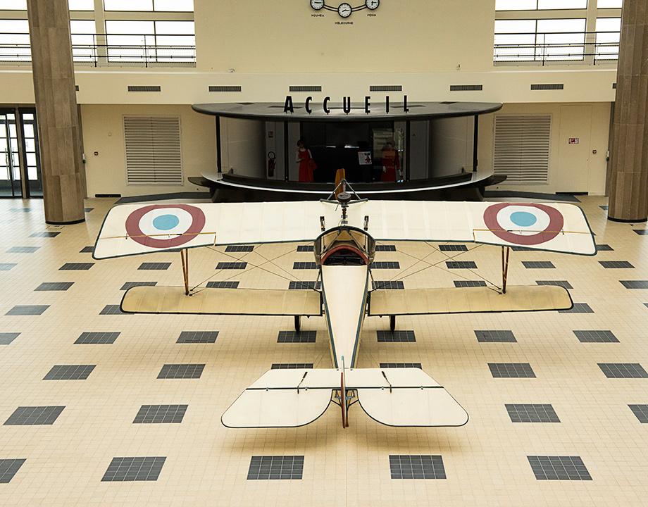 Nieuport XI dans la salle des huit colonnes