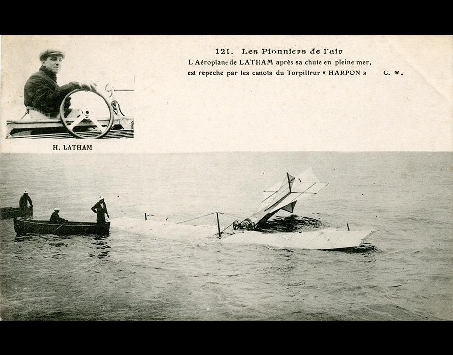 Carte postale avec Hubert Latham et son aéroplane tombé à l'eau, 1909, Col. Musée de l'Air et de l'Espace – Le Bourget