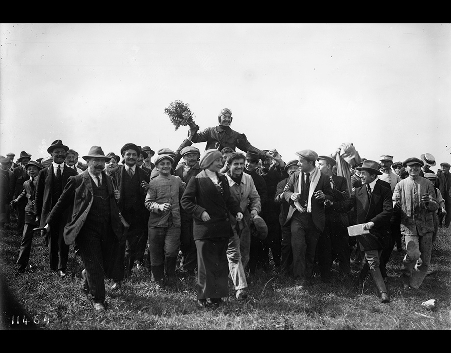 Adolphe Pégoud porté en triomphe après une démonstration d'acrobaties aériennes, Buc, 1913, Col. Musée de l'Air et de l'Espace – Le Bourget