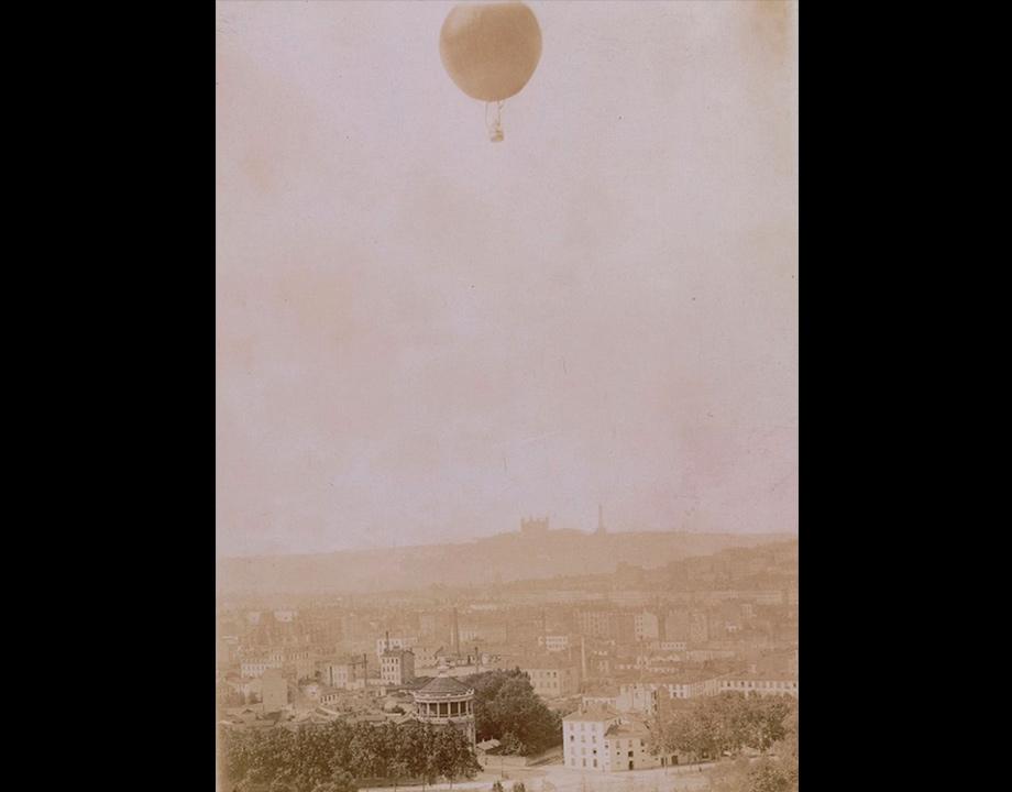 Le grand ballon Henri Lachambre de Lyon en vol, 1894, Col. Musée de l'Air et de l'Espace – Le Bourget