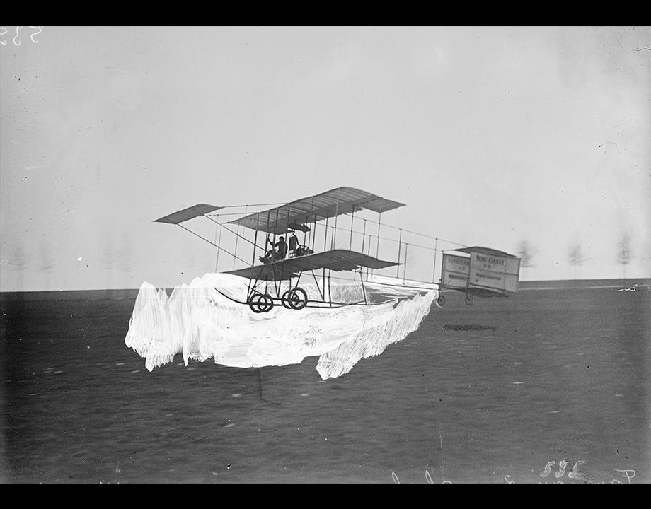Biplan Farman isolé par une couche de gouache appliquée sur une plaque de verre en vue d'un photomontage, 1909, Col. Musée de l'Air et de l'Espace – Le Bourget
