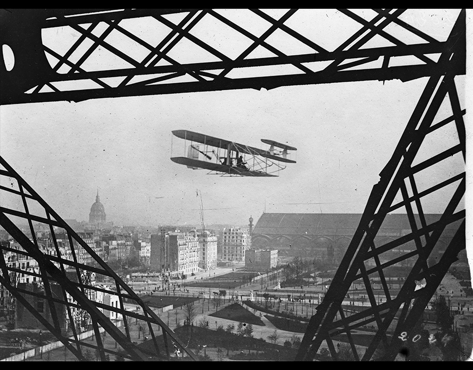 Photomontage d'un biplan Wright vu de la Tour Eiffel, vers 1909, Col. Musée de l'Air et de l'Espace – Le Bourget