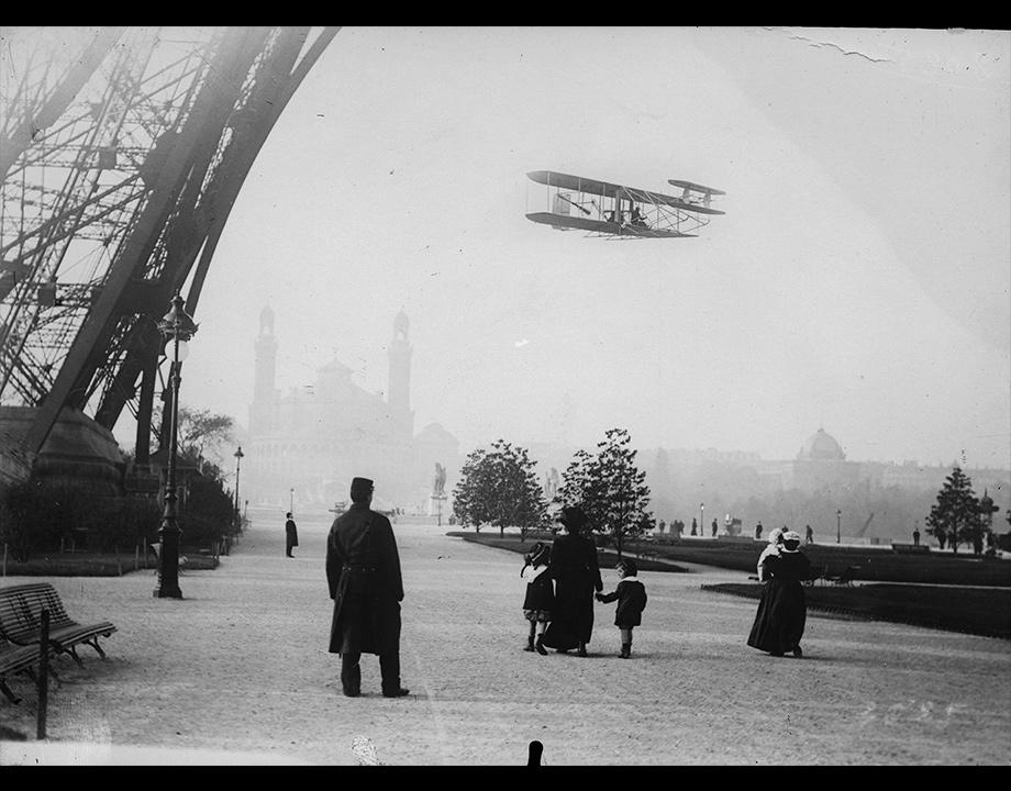 Photomontage d'un biplan Wright rasant la Tour Eiffel, vers 1909, Col. Musée de l'Air et de l'Espace – Le Bourget