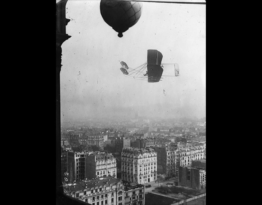 Photomontage d'un ballon et d'un biplan survolant Paris, vers 1909, Col. Musée de l'Air et de l'Espace – Le Bourget