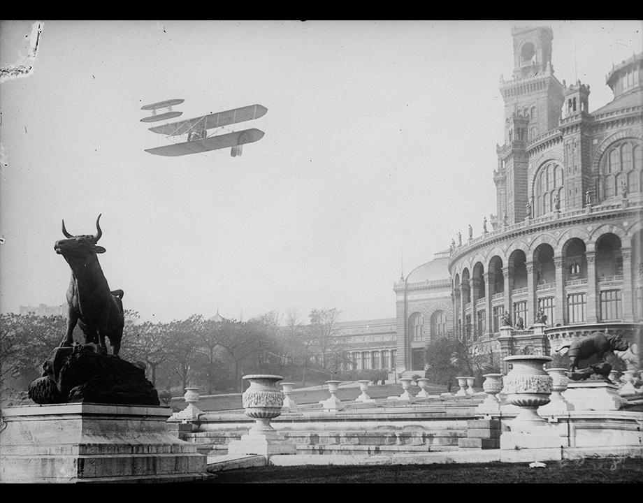 Photomontage d'un biplan Wright survolant le Trocadéro, vers 1909, Col. Musée de l'Air et de l'Espace – Le Bourget