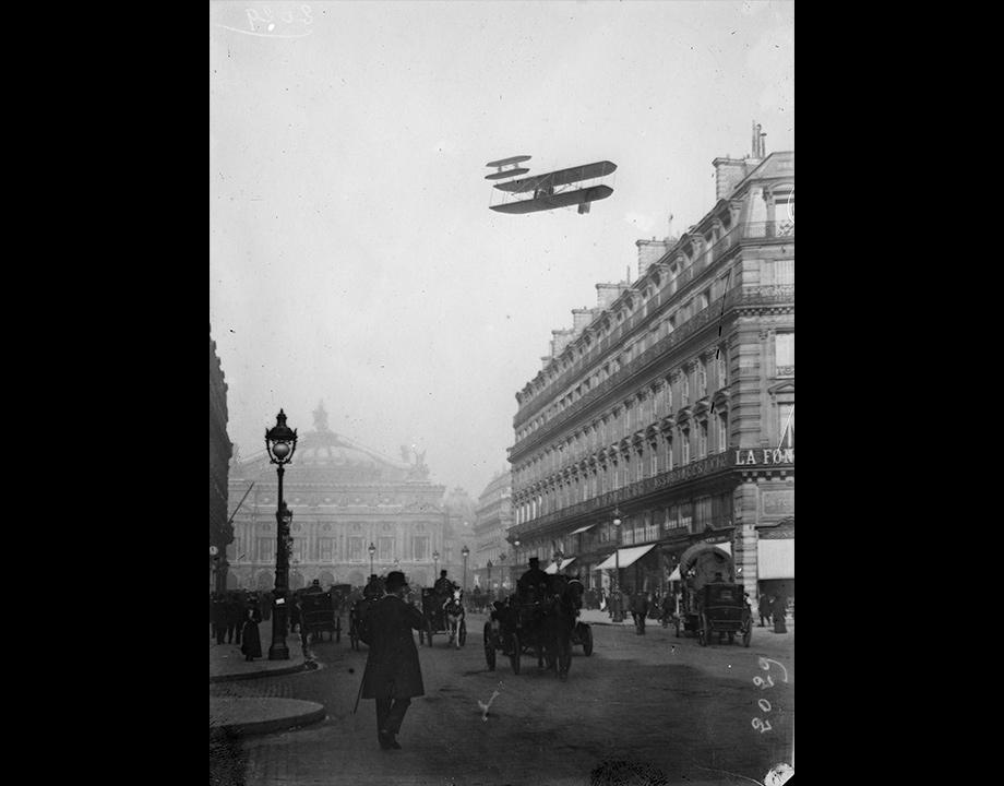 Photomontage d'n biplan Wright survolant l'Avenue de l'Opéra, vers 1909, Col. Musée de l'Air et de l'Espace – Le Bourget