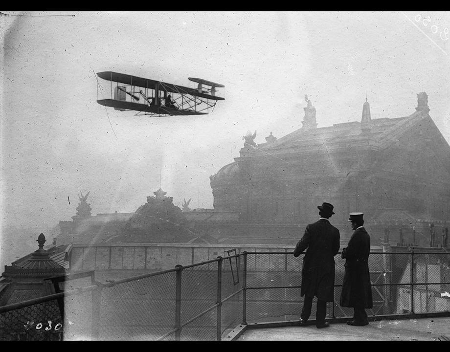 Photomontage d'un biplan Wright survolant l'Opéra de Paris, vers 1909, Col. Musée de l'Air et de l'Espace – Le Bourget