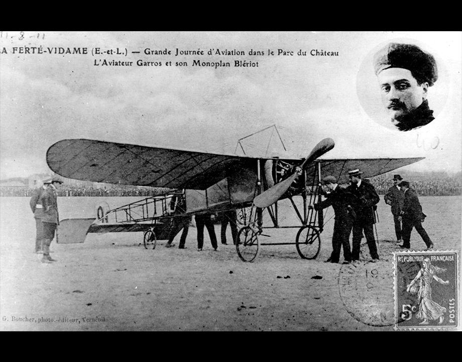Carte postale avec Roland Garros en médaillon et son monoplan Blériot, 1911 Col. Musée de l'Air et de l'Espace – Le Bourget