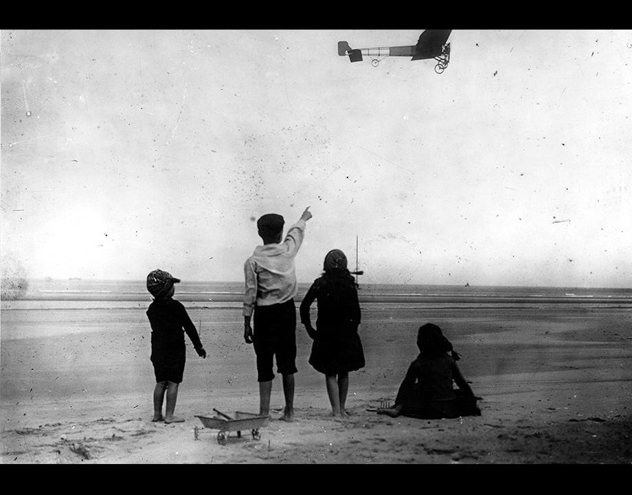 Enfants assistant au départ de Louis Blériot sur la Manche (photomontage) vers 1909, Col. Musée de l'Air et de l'Espace – Le Bourget
