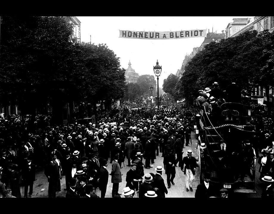 Une foule en liesse acclame Louis Blériot dans les rues de Paris, 1909, Col. Musée de l'Air et de l'Espace – Le Bourget