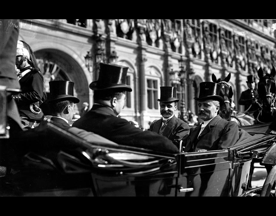 La foule attend l'arrivée de Blériot devant l'Hôtel de Ville, 1909, Col. Musée de l'Air et de l'Espace – Le Bourget