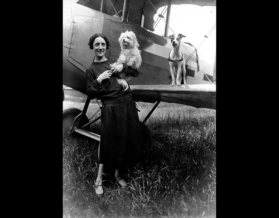L'aviatrice Adrienne Bolland avec ses chiens, s.d. Col. Musée de l'Air et de l'Espace – Le Bourget