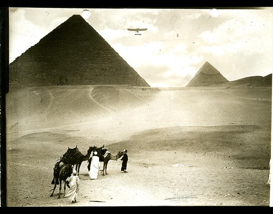 Jules Védrines survolant les pyramides (photomontage), vers 1913, Col. Musée de l'Air et de l'Espace – Le Bourget
