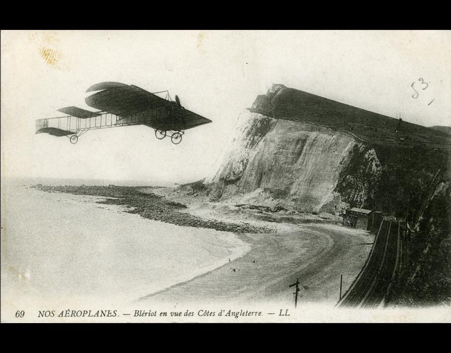 Carte postale d'après un photomontage représentant l'avion de Blériot à l'approche des côtes d'Angleterre, s.d. Col. Musée de l'Air et de l'Espace – Le Bourget